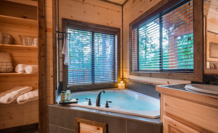Broken Bow Lake Cabin Jacuzzi